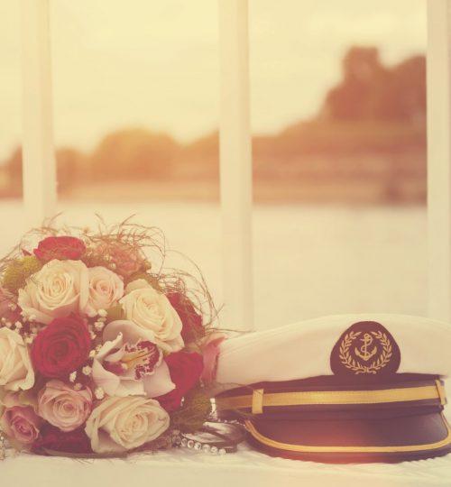 Hochzeit Strauß und Kapitänmütze